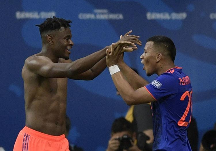 Resultado de imagem para zapata comemora gol da colômbia x argentina copa america 2019