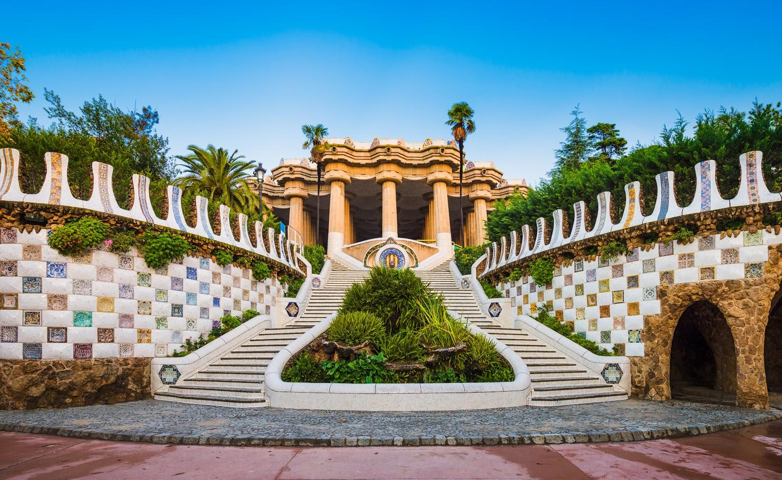 A picture of the Dragon Stairway, one of the top Park Guell highlights.