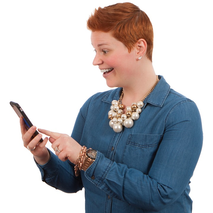 mulher surpresa segurando o celular