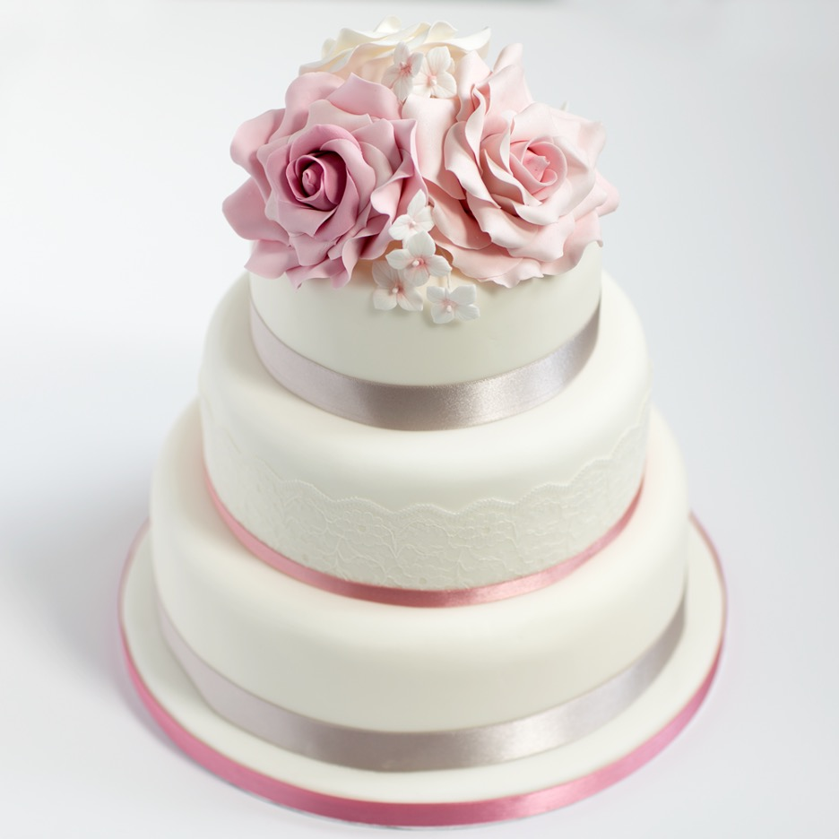 sponge wedding cake with florals