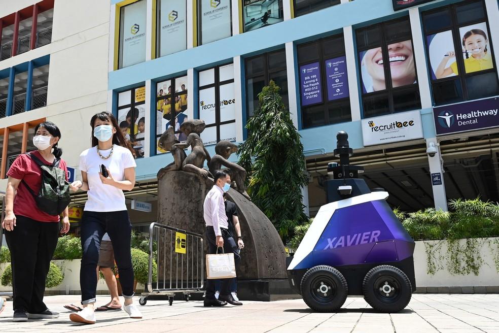 'Xavier' mostra mensagens educativas aos pedestres — Foto: Roslan Rahman/AFP