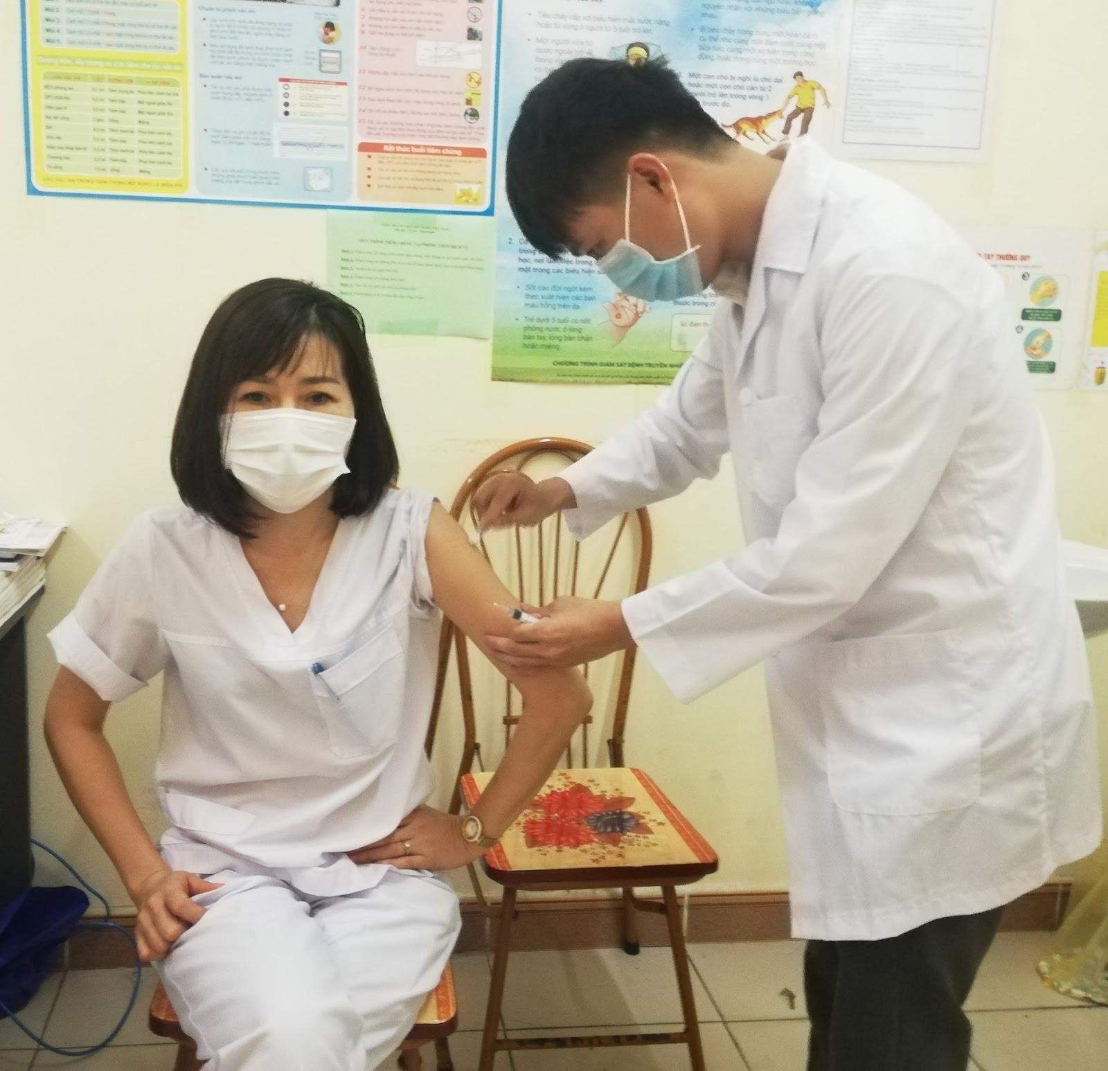 Triển khai kế hoạch tiêm vắc xin cúm mùa cho nhân viên y tế   trên địa bàn thành phố Móng Cái