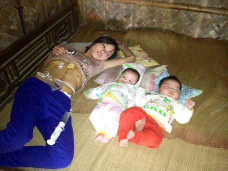 Chị Lương ốm yếu vì bệnh tật khiến 2 đứa con bé bỏng
