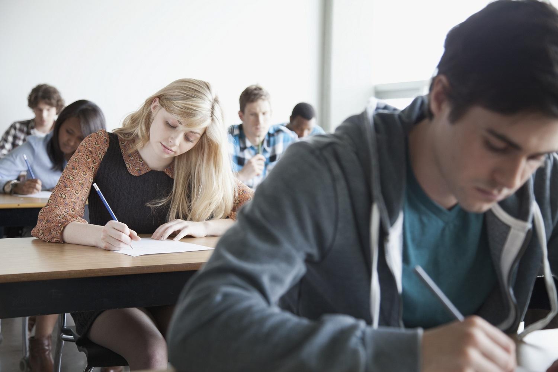 Alunos fazendo prova em uma sala de aula