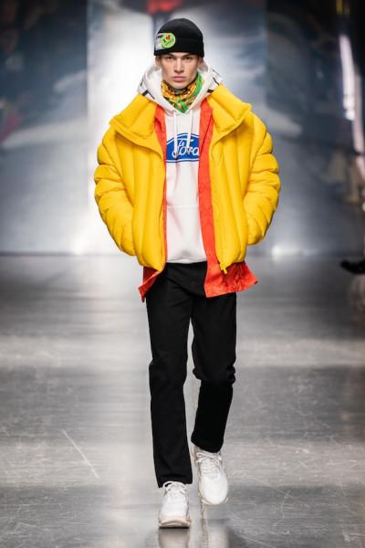 Como anunciado Donatella Versace continuou na direção-criativa. Para o  outono-inverno 2019 2020, desfilado na Semana de Moda Masculina de Milão,  ... bc7effb728