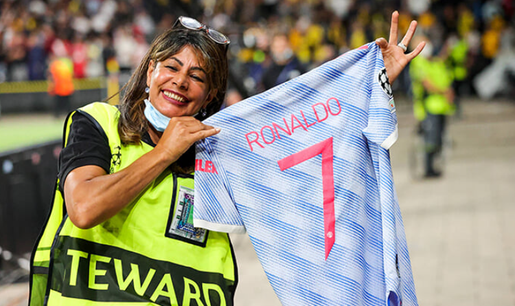 A stadium worker is happy after such a gesture from the Portuguese