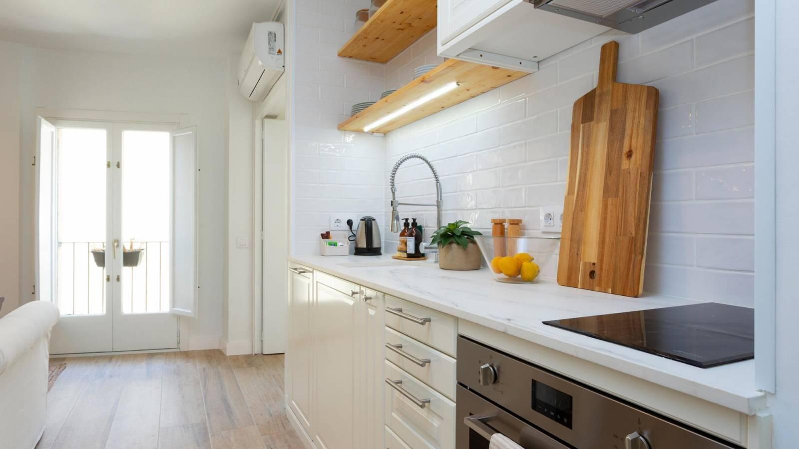 Cocina con estantes de madera  Descripción generada automáticamente