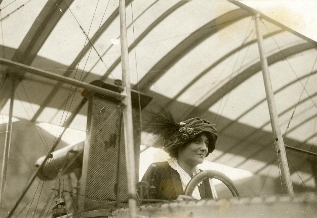 Raymonde de la Roche primera piloto francesa símbolo en el día de la mujer trabajadora