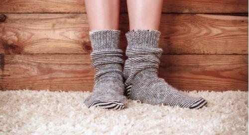 persona con calcetines en una alfombra