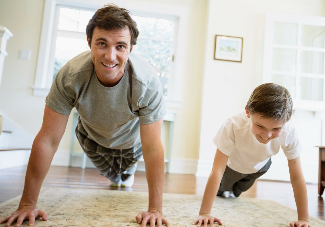 Отец с сыном занимаются спортом