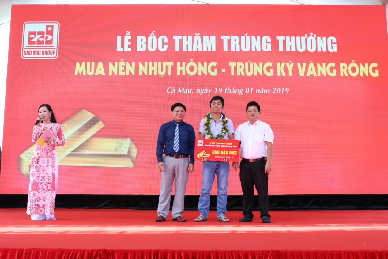 1. Ông Trương Vĩnh Thành - Phó TGĐ Tập đoàn Sao Mai (áo xanh) trao giải đặc biệt cho khách hàng Trần Thanh Tuấn