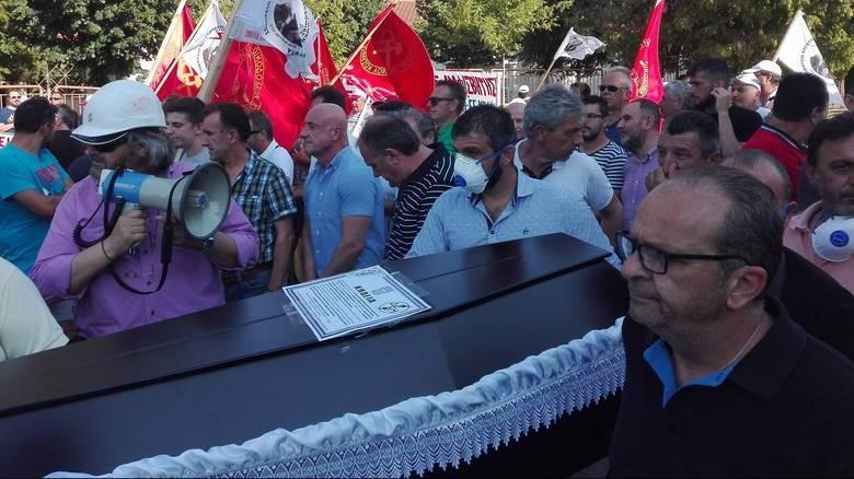 Με φέρετρο «υποδέχτηκαν» τον Τσίπρα στην Κοζάνη - Ακολούθησε μεγάλη ένταση (pics&vids)