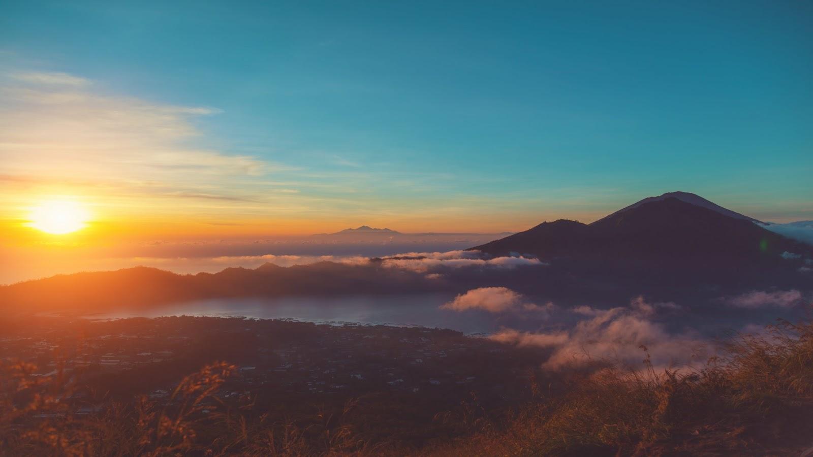 Pemandangan Gunung Batur dan Danau Batur saat sunrise.