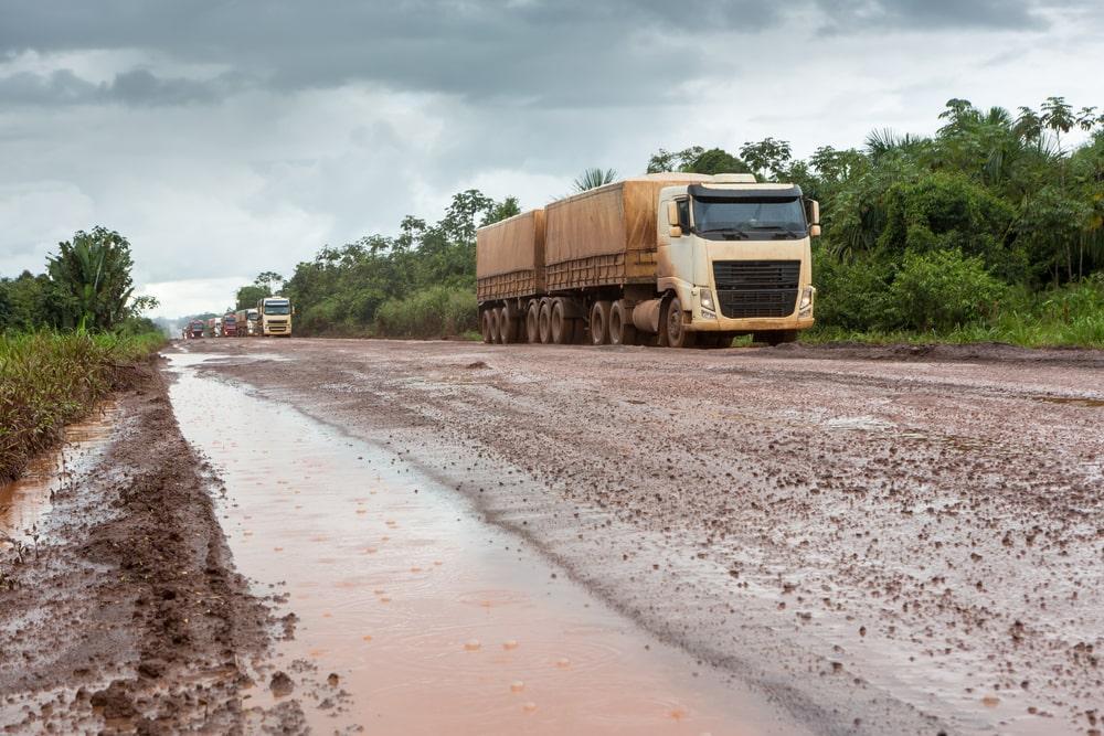 Safra nacional é transportada por estradas ruins e longas distâncias. (Fonte: Shutterstock)