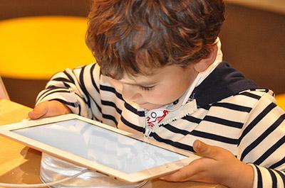 niños aprendiendo programación