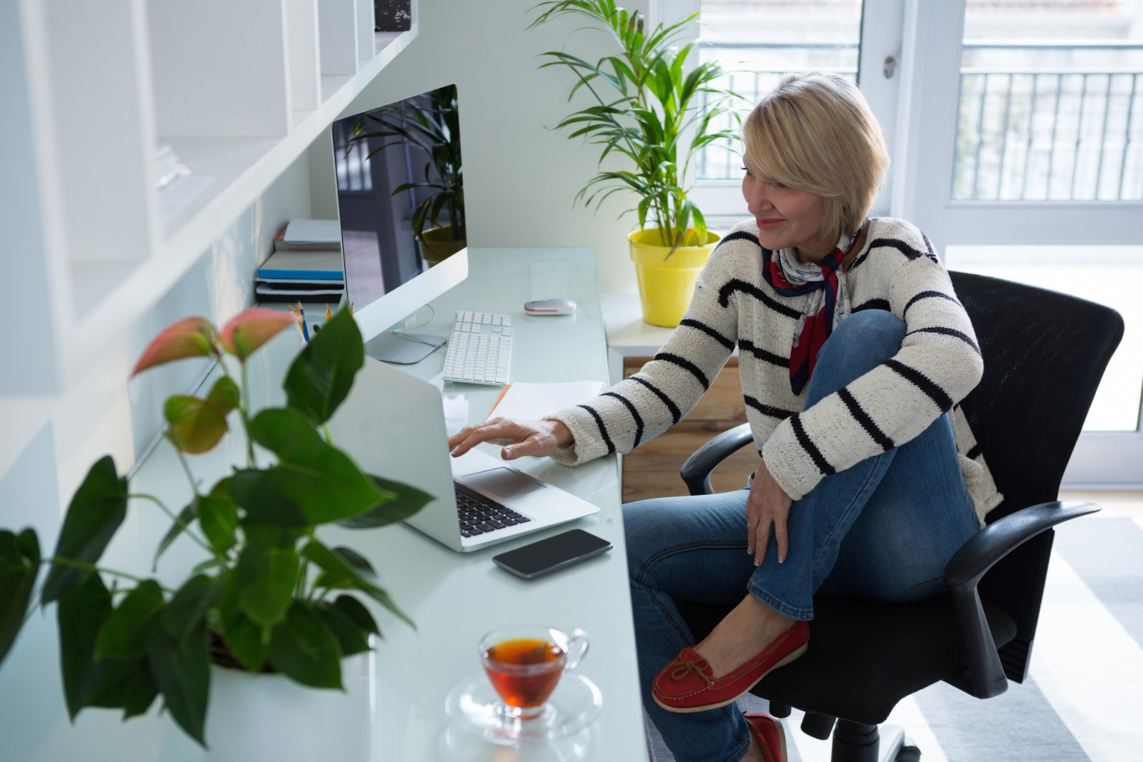 Uma mulher olhando para o computador.
