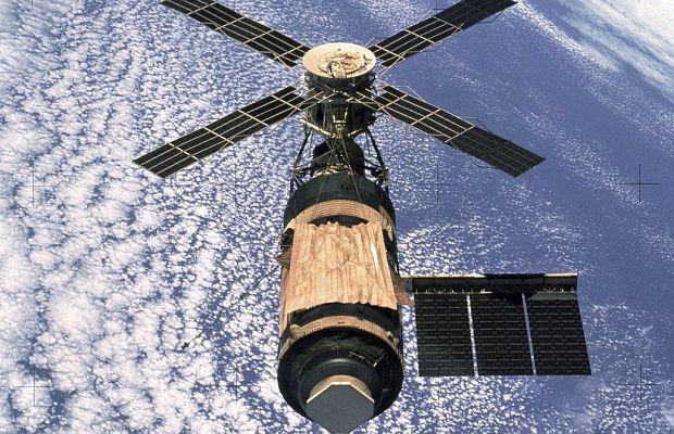 Скайлэб была первой иединственной национальной американской орбитальной станцией. Запущенная 14мая 1973 года, она смогла принять лишь три экспедиции, затем раньше срока потеряла орбиту ив1979 году разрушилась ватмосфере планеты. Еёстоимость составляла 3.6 миллиардов долларов.