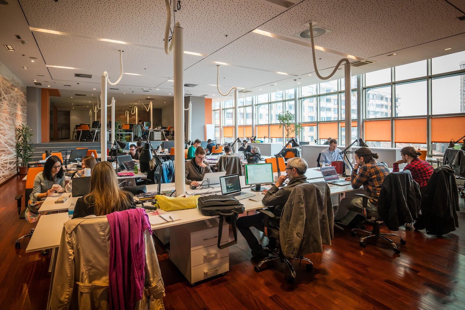 Blog Spotqoe Tetap Fokus Bekerja Di Ruang Kantor Berdesain Terbuka