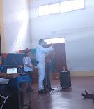 En plena actuación con su ayudante Miguel