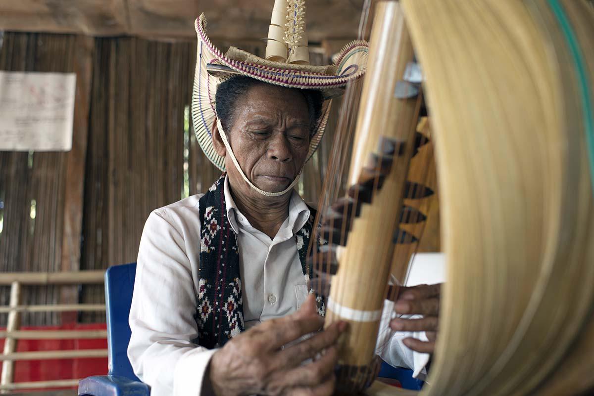Cara Memainkan Alat Musik Sasando