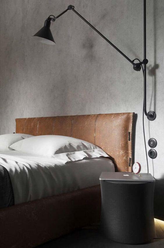 Uma imagem contendo no interior, cama, quarto, abajur  Descrição gerada automaticamente