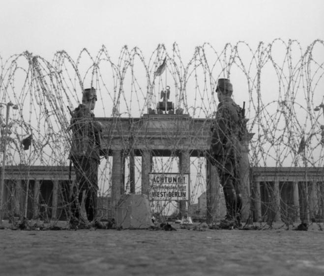 Ban đầu nước Đức bị chia cắt bởi hàng rào dây thép gai