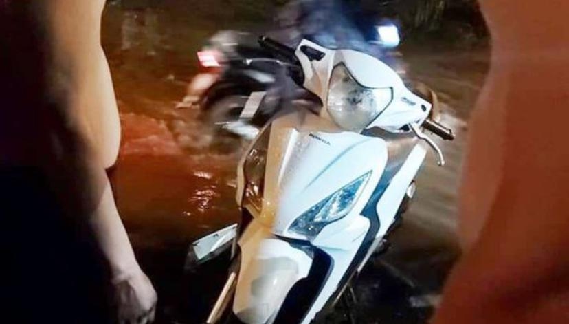 Bình Dương: Điện lan trên đường ngập nước, ba người bị giật thương vong - Ảnh 2
