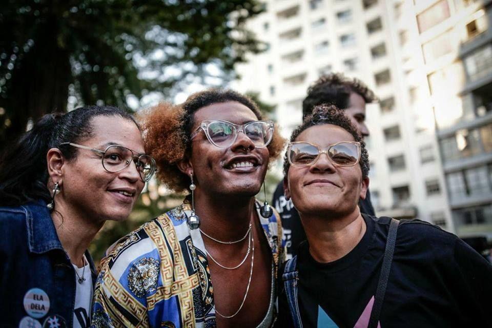 Neon Cunha, Liniker e Tiely na primeira edição da Marcha do Orgulho Trans de São Paulo. Foto: Pri Bertucci.