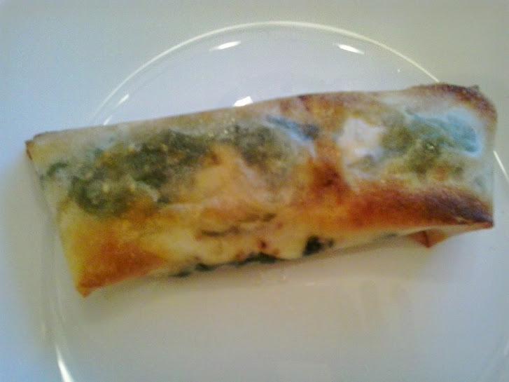 Un crujiente rollito relleno de espinacas y queso.
