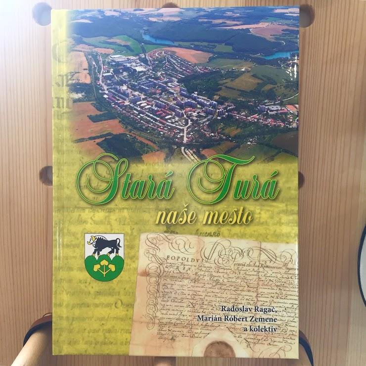 Obsiahla história Starej Turej doplnená fotografiami a stručnou viac jazyčnou históriou mesta na konci knihy