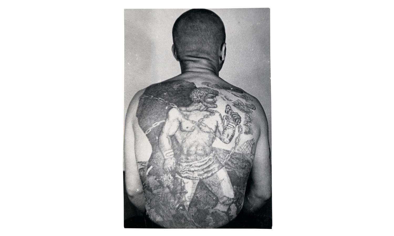 Эта татуировка – вариация мифа о Прометее, обманувшем Зевса и прикованном за это к скале на вечное наказание. Корабль с белыми парусами означает, что заключённый не занимается обычной работой, он вор-гастролер и склонен к побегам.