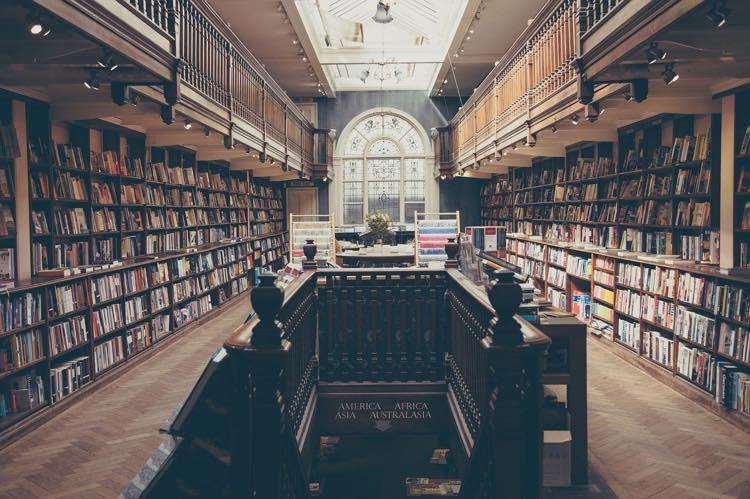 図書館の中  中程度の精度で自動的に生成された説明