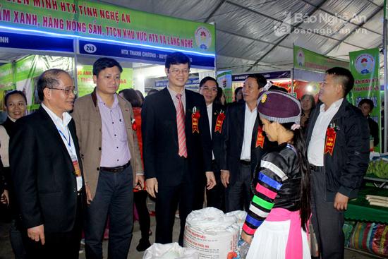 Đồng chí Lê Xuân Đại thăm các gian hàng trưng bày tại hội chợ. Ảnh: Quang An