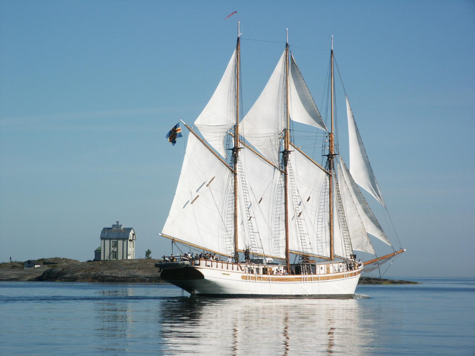 Un bateau goélette moderne