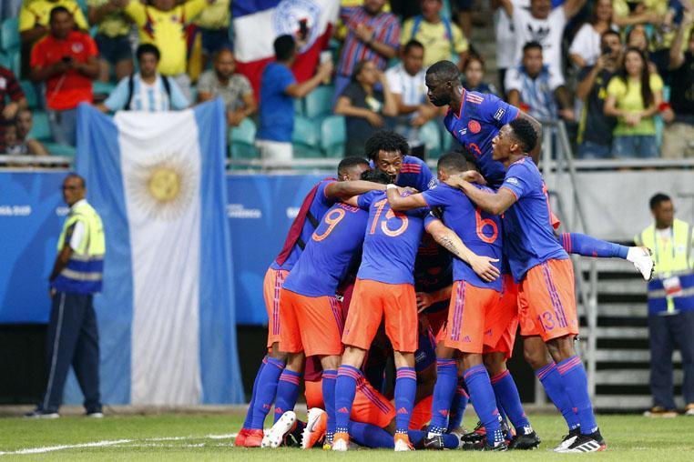 Resultado de imagem para zapata tira a camisa na hora de comemorar gol da colômbia x argentina copa america 2019