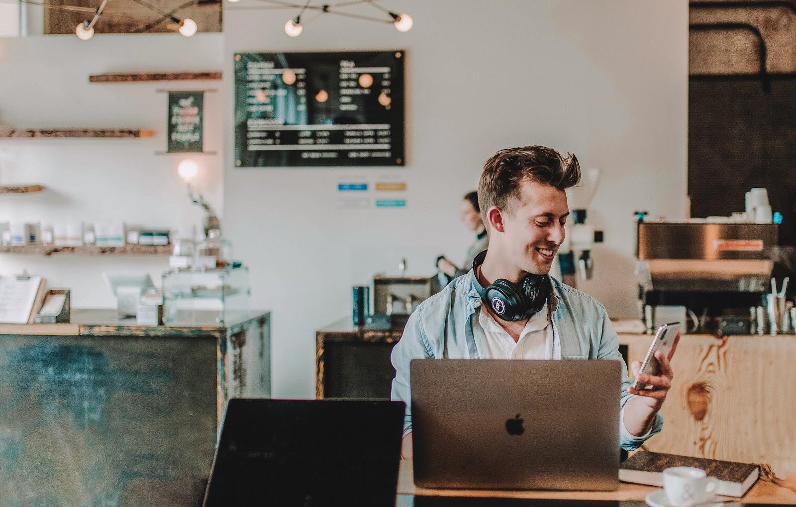 Colaborador feliz e descontraído em seu ambiente de trabalho