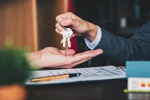https://media.istockphoto.com/photos/estate-agent-giving-house-keys-to-woman-and-sign-agreement-in-office-picture-id1130829500?b=1&k=6&m=1130829500&s=170667a&w=0&h=vfqQrHs44K2T92pVb-O2jY4pNicJgzUld_u1N6YoyVk=