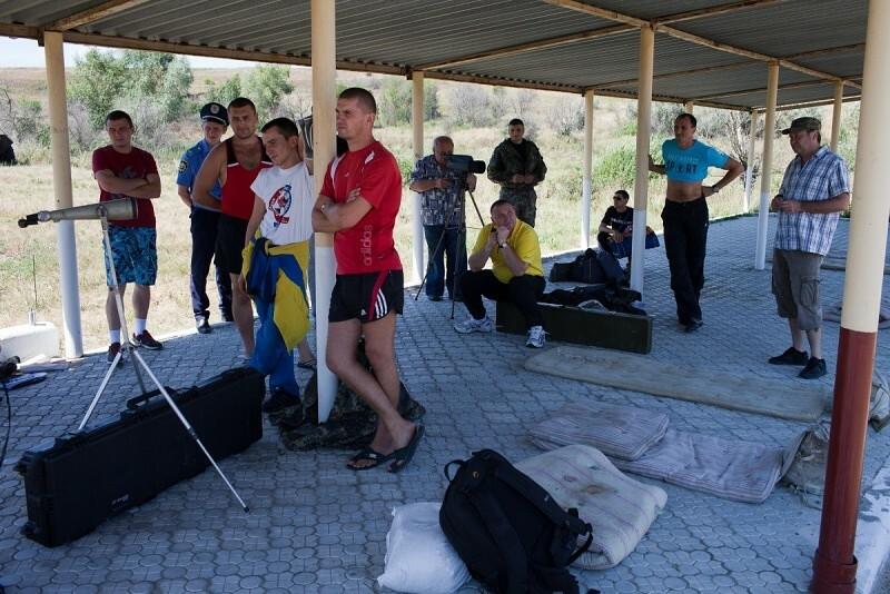 На стрельбище в / ч 3037, Игорь Запалух на переднем плане в центре, Донецк, август 2012 г.
