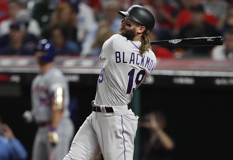 Un jugador de béisbol con uniforme blanco  Descripción generada automáticamente