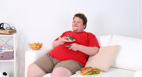 Übergewichtiger Mann auf einer Couch