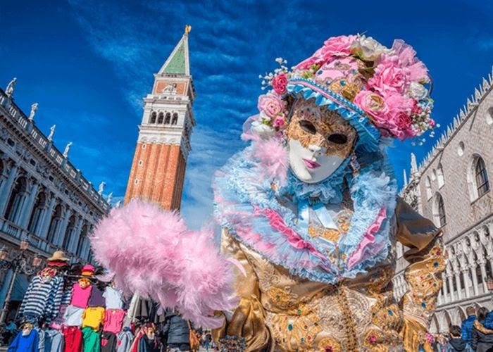 personne déguisée au carnaval de venise