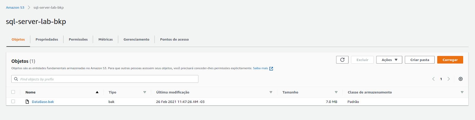 Tela da AWS de dentro do bucket, fundo cinza claro com o nome da pasta e o arquivo de backup do sql server contendo nome, tipo, data, tamanho e classe.
