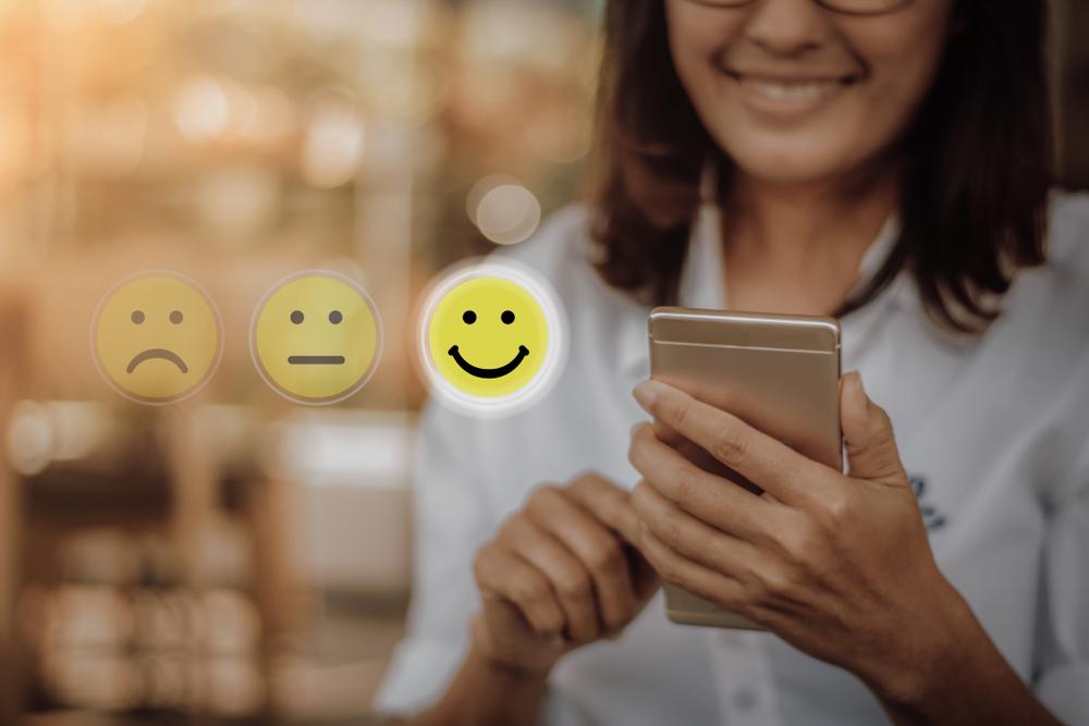 Buat tim dalam bisnismu mengerti bahwa kepuasan pelanggan berkaitan dengan pendapatan bisnis, bahkan mungkin bonus bagi karyawan
