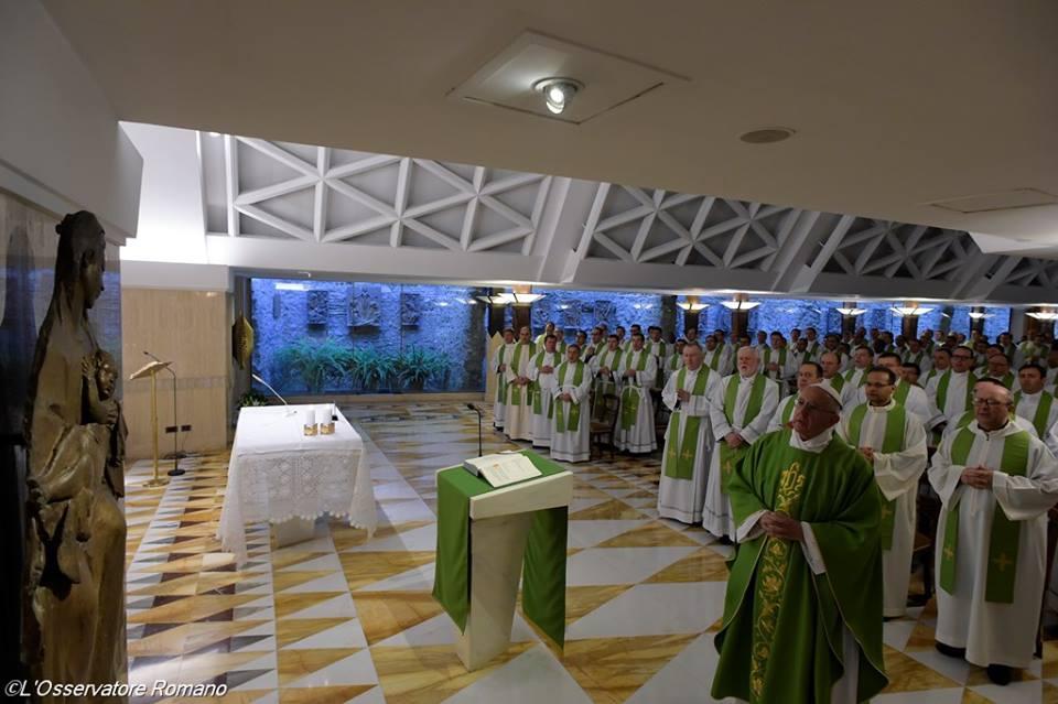 Đức Thánh Cha: người ta không thể tha thứ cho một linh mục bấu víu vào đồng tiền