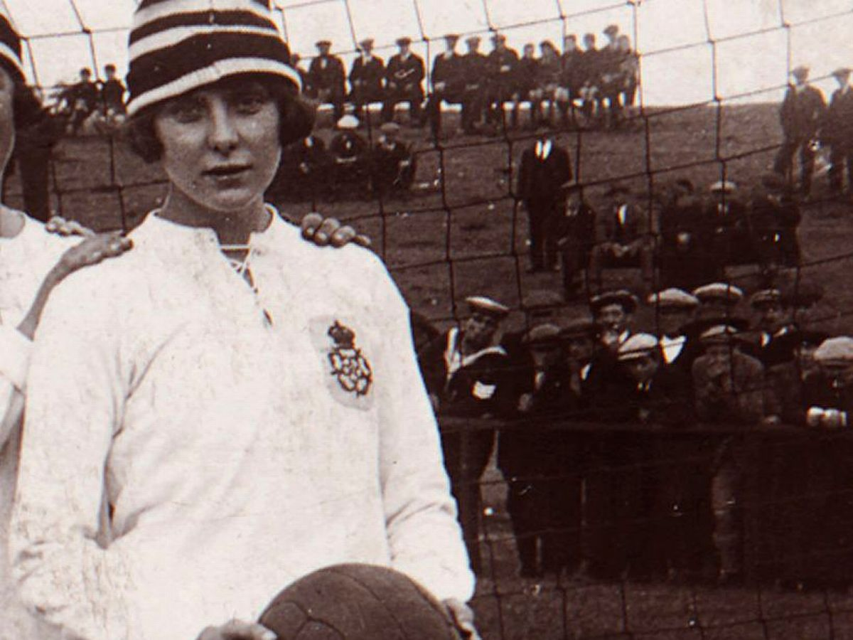 Cầu thủ chạy cánh của Câu lạc bộ bóng đá nữ Dick Kerr-Lily Parr.