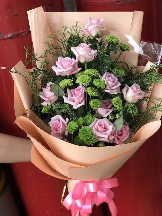 Ảnh có chứa cây, hoa, trong nhà, bàn  Mô tả được tạo tự động