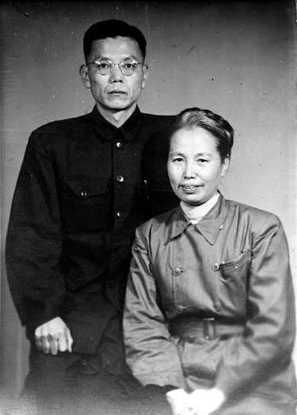 前台湾共产党领袖人物之一的谢雪红(前)和杨克煌(后)在二二八起义后成为激进势力的重要领袖//图片来源: Wikipedia,公共领域