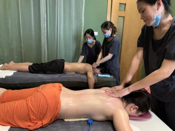 Khách hàng trải nghiệm trị liệu R4U tại Mạn Spa, Hà Nội.
