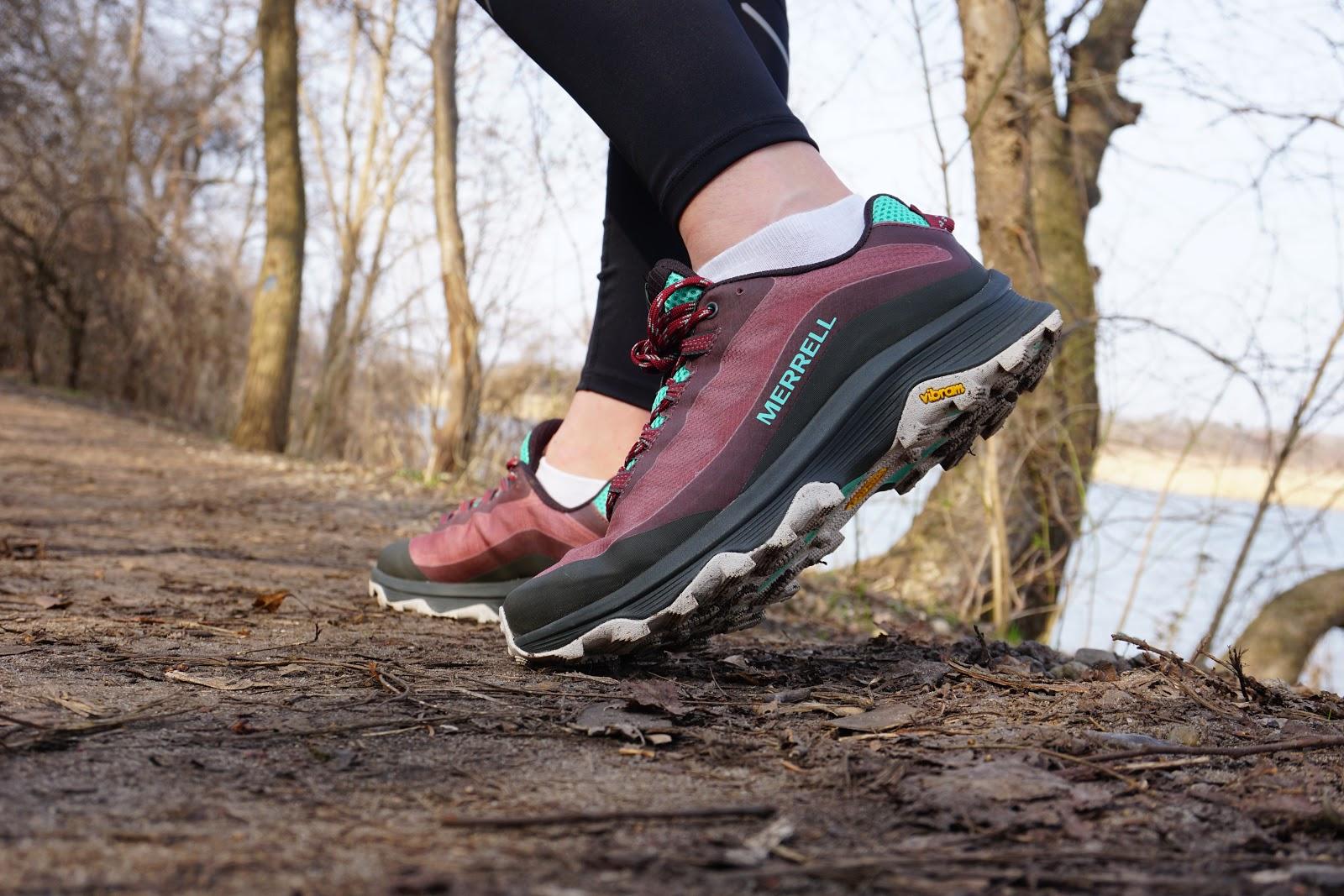 Ten but nie jest przeznaczony na wąskie, czy też szerokie stopy - powiedziałabym, że został osiągnięty kompromis. Sznurówki mocno trzymają stopę.
