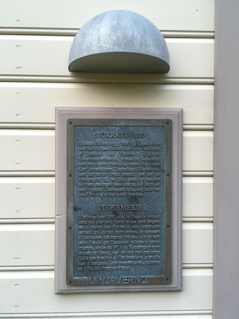 La plaque sur l'infirmerie de Fáskrúðsfjörður